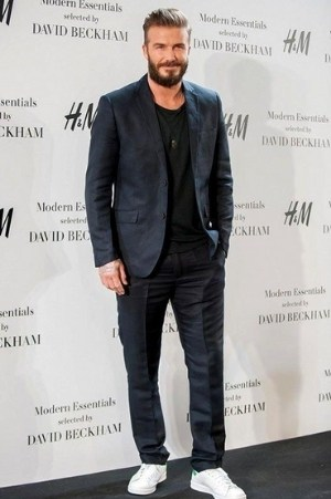 David Beckham mang Stan Smith vơi một bộ đồ lịch sự (nguồn: internet)