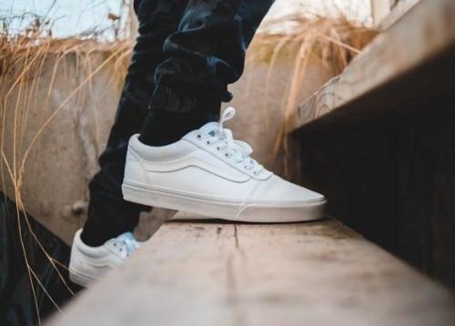 Giày Vans trắng đơn giản nhưng tinh tế (nguồn: internet)