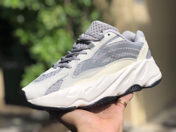 Giày Thể Thao Adidas Yeezy 700 V2 Static Phản Quang mặt bên