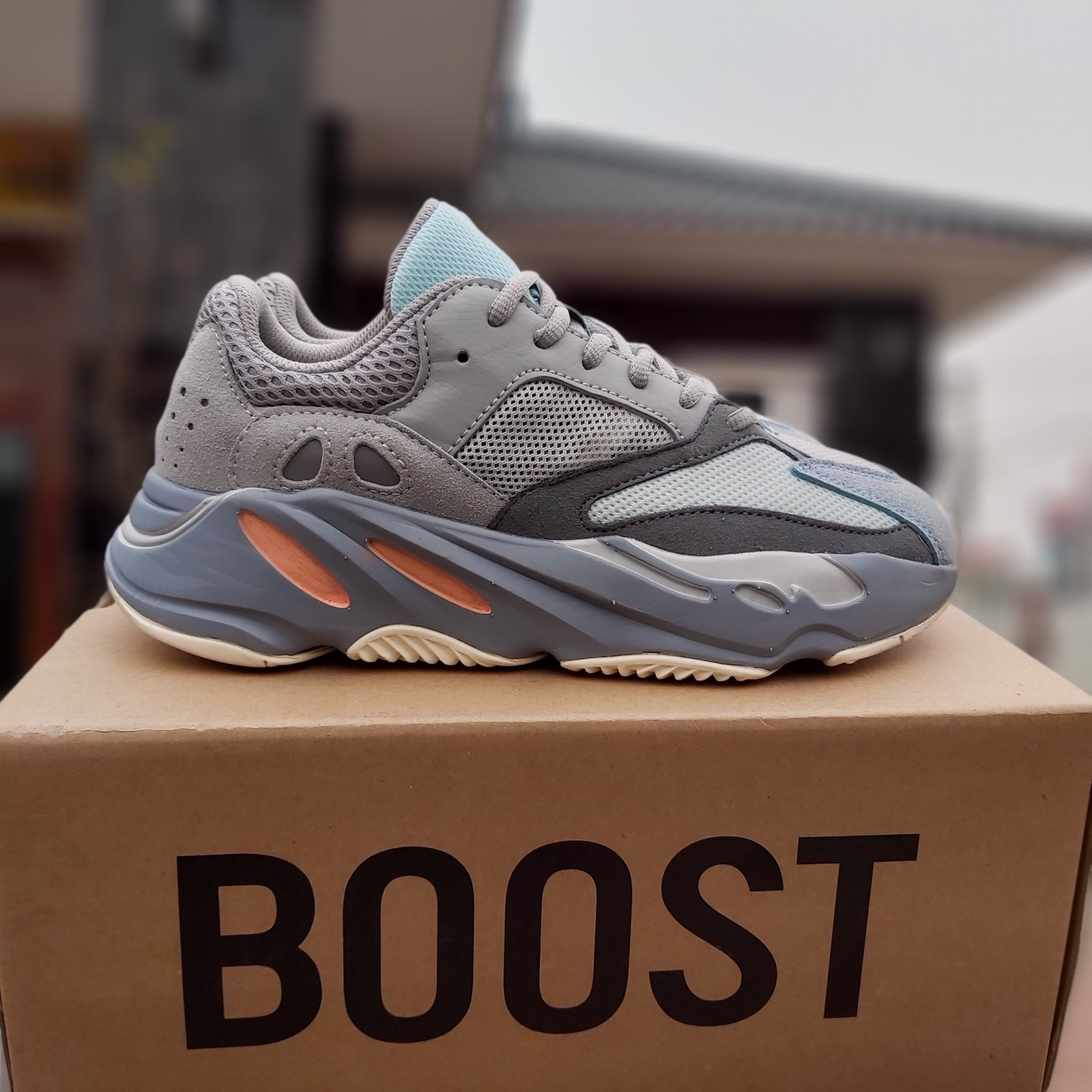 Giày thể thao Yeezy Boost 700 Inertia trẻ trung