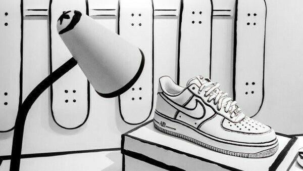 Vẽ giày là bước yêu cầu sự tỉ mỉ kiên nhẫn cao