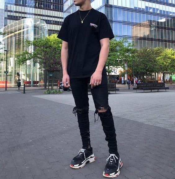 Áo phông đen basic + Quần Jean đen rách gối