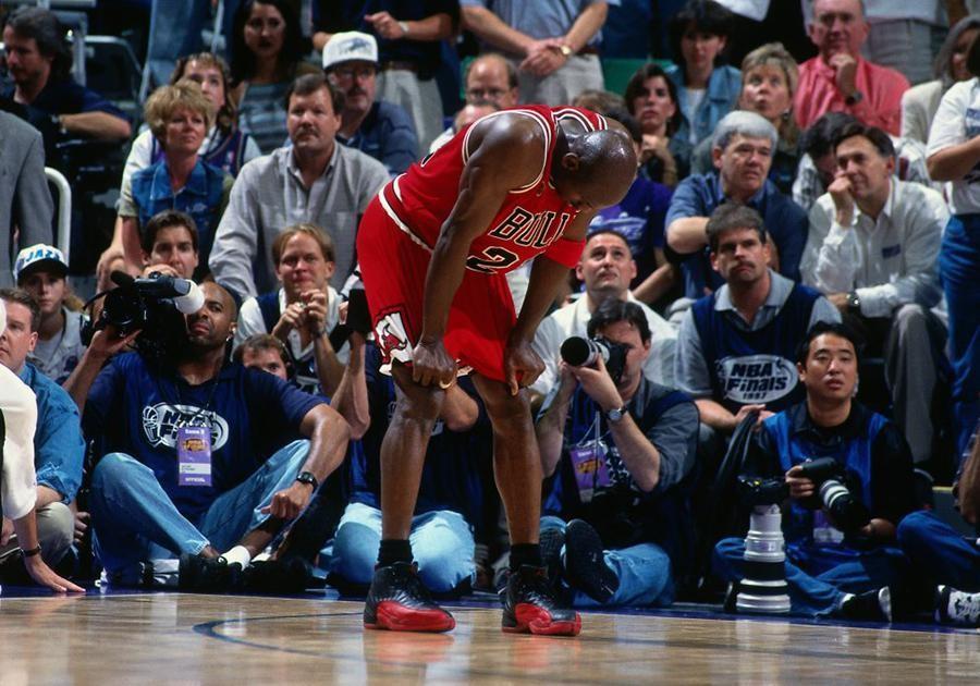Michael Jordan voi doi Air Jordan 12 Flu Game gan lien voi mot trong nhung tran dau huyen thoai nhat cua ong.
