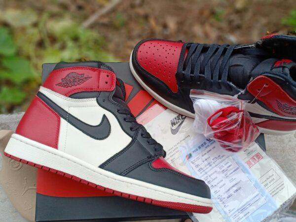 Nike Air Jordan 1 Mid Chicago Toe 1