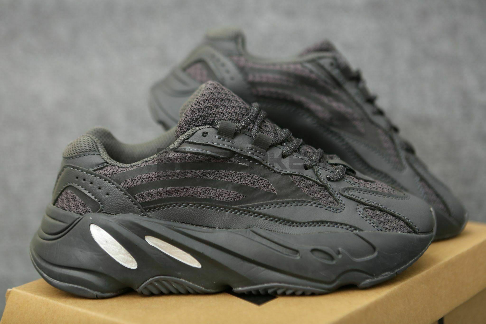 Adidas Yeezy Đen V2 700 Vanta Black mặt bên