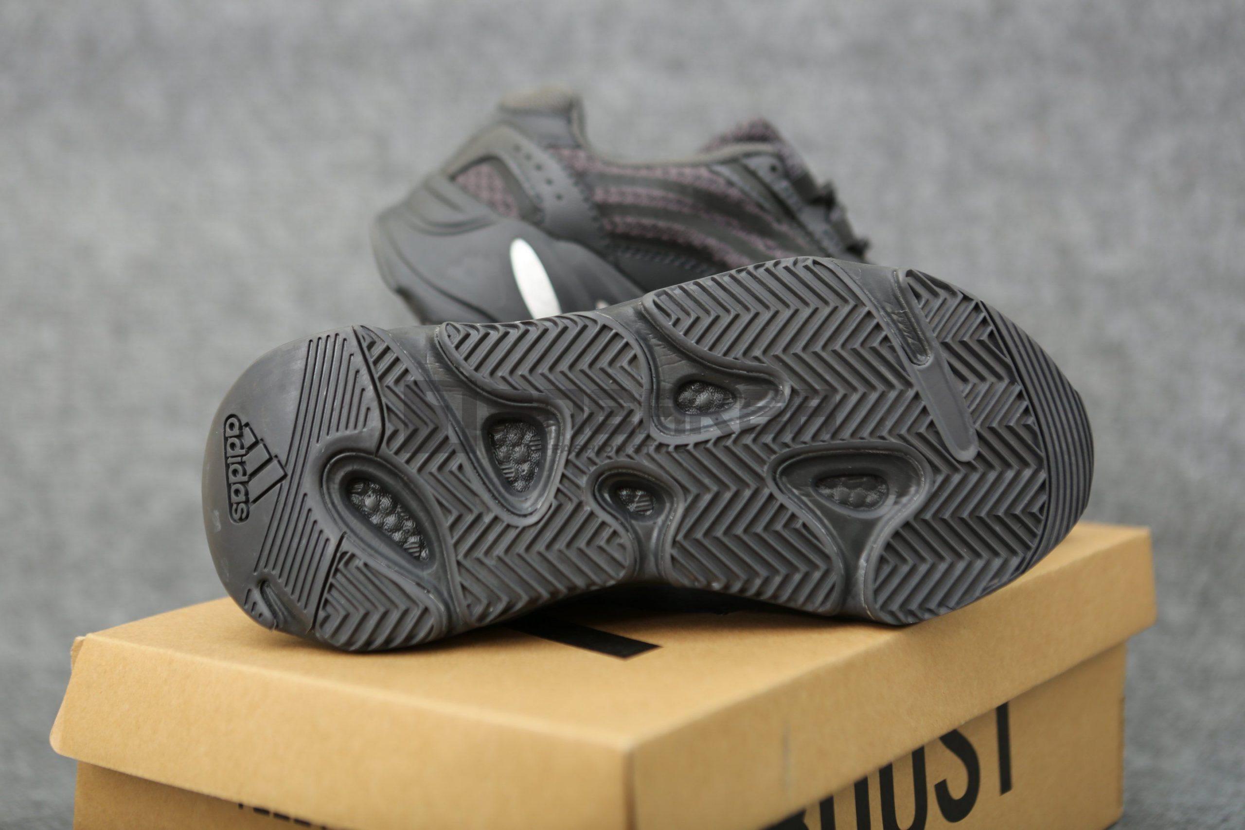 Adidas Yeezy Đen V2 700 Vanta Black mặt đế