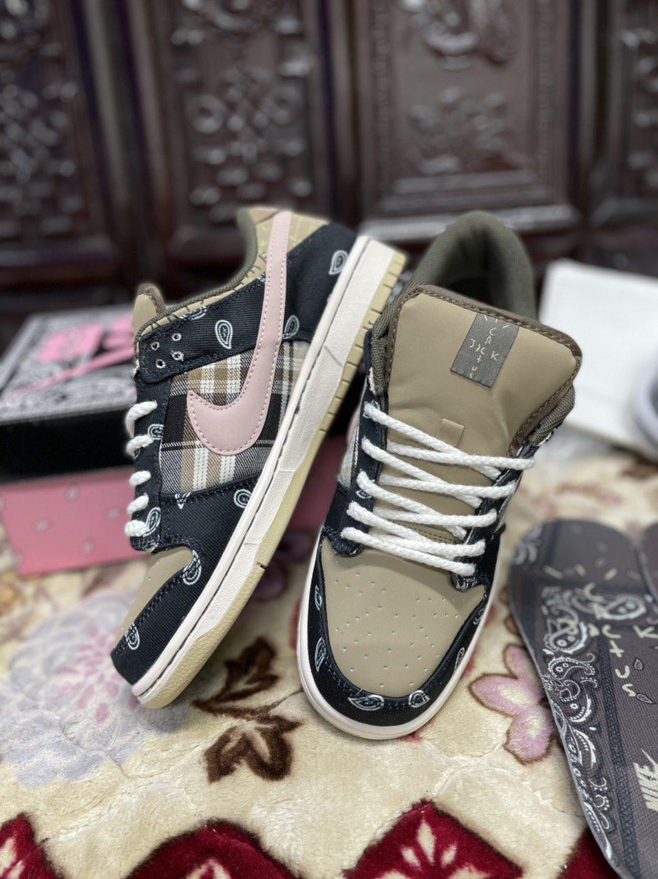Tổng quan giày Nike SB Dunk Low Travis Scott