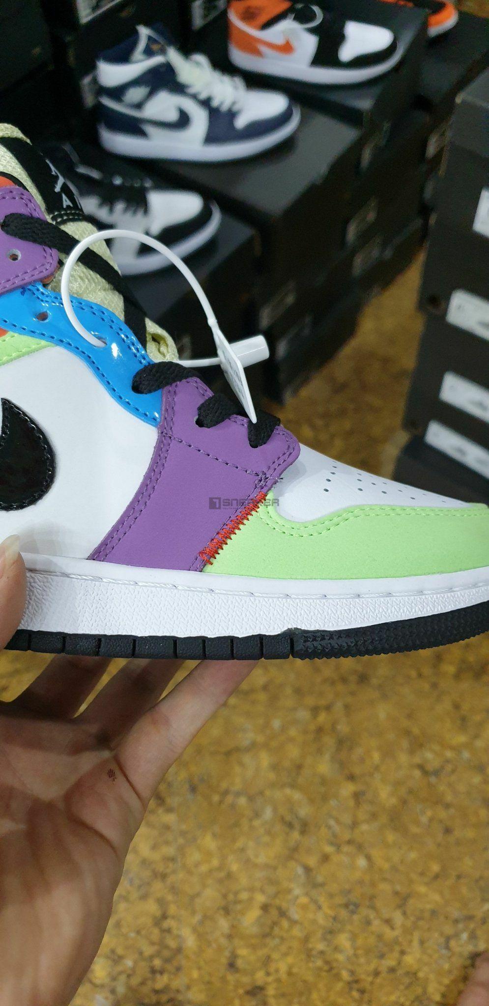 Nike Air Jordan 1 Mid SE Multi Color có đường chỉ may đều của 1 đôi giày rep 1:1 chuẩn